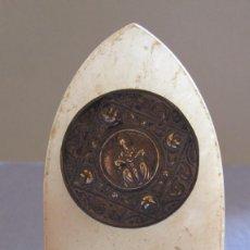 Antigüedades: ANTIGUO MARCO RELIGIOSO DE SOBREMESA RECUERDO CON IMAGEN DE CRISTO CRUCIFICADO. Lote 154768010