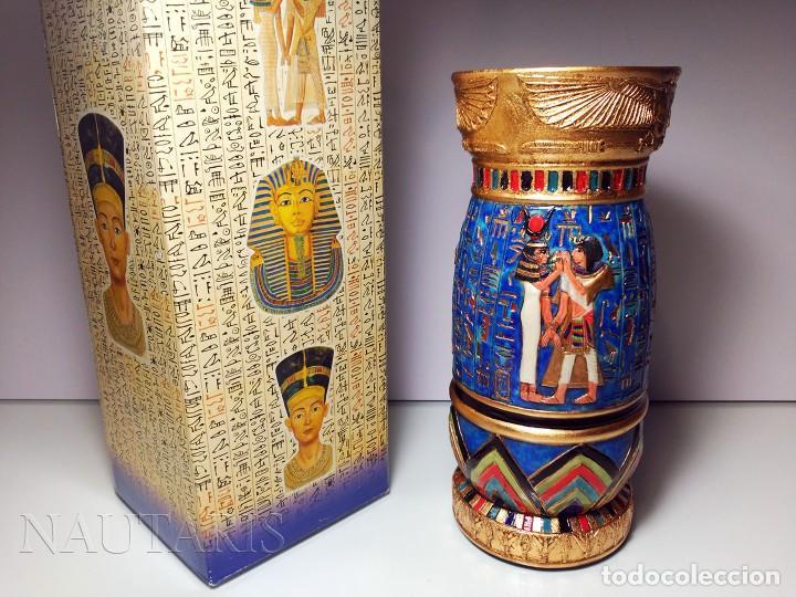 BELLO BÚCARO O JARRÓN EGIPCIO DE LA CASA VERONESE (2004) PINTADO A MANO - INCLUYE EMBALAJE ORIGINAL (Antigüedades - Hogar y Decoración - Jarrones Antiguos)