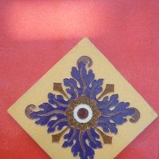 Antigüedades: TALAVERA DE LA REINA. CERAMICA 'RUIZ DE LUNA'. MOSAICO 20X20 CM. EN RELIEVE (CUERDA SECA). Lote 154798838