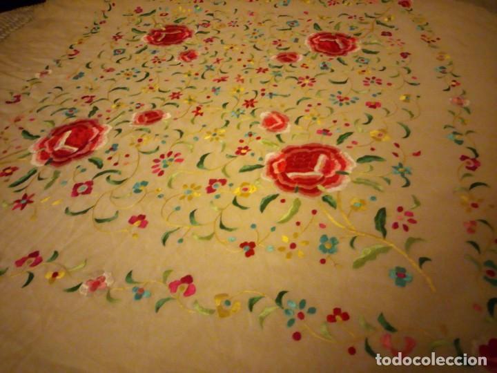 Antigüedades: Magnífico mantón de manila, en seda, color crema, bordado a mano motivos florales. Siglo XIX - Foto 2 - 154822222