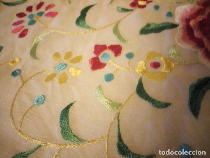 Antigüedades: Magnífico mantón de manila, en seda, color crema, bordado a mano motivos florales. Siglo XIX - Foto 6 - 154822222
