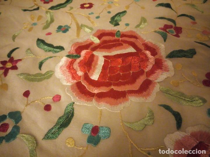 Antigüedades: Magnífico mantón de manila, en seda, color crema, bordado a mano motivos florales. Siglo XIX - Foto 7 - 154822222