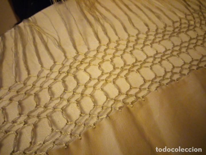 Antigüedades: Magnífico mantón de manila, en seda, color crema, bordado a mano motivos florales. Siglo XIX - Foto 8 - 154822222