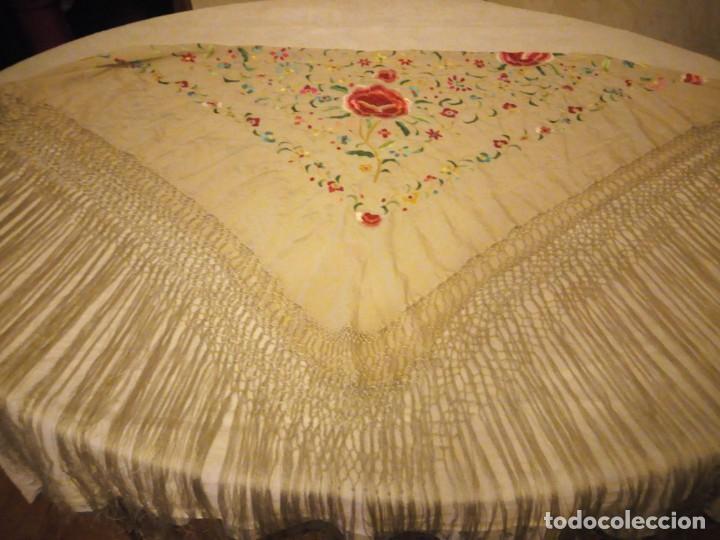 Antigüedades: Magnífico mantón de manila, en seda, color crema, bordado a mano motivos florales. Siglo XIX - Foto 10 - 154822222
