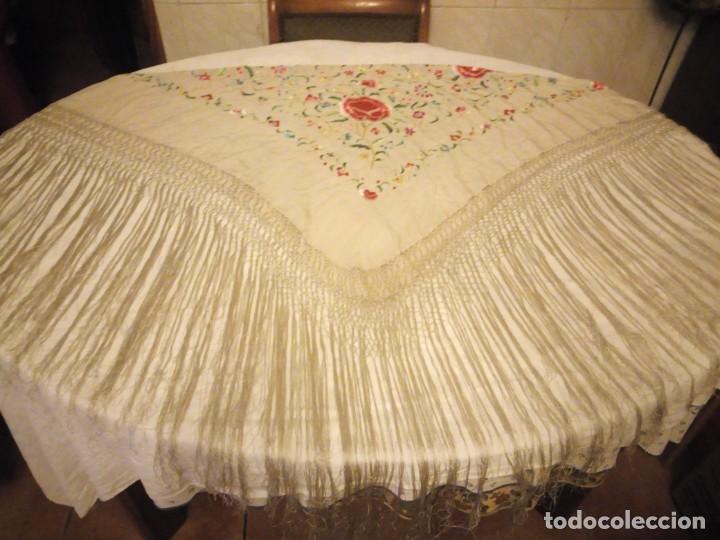 Antigüedades: Magnífico mantón de manila, en seda, color crema, bordado a mano motivos florales. Siglo XIX - Foto 11 - 154822222