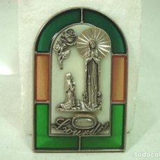Antigüedades: ANTIGUO RECUERDO SOUVENIR DE VIRGEN LOURDES - CRISTAL VIDRIERA RELIEVE - VENTANA SUVENIR LURDES. Lote 154856890