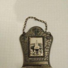 Antigüedades: BENDITERA RECUERDO VIRGEN FÁTIMA EN METAL CON PILA DE CRISTAL CIRCA 1930. Lote 154874010