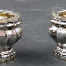 Antigüedades: PAREJA DE SALEROS EN PLATA LEÓN LAPAR INTERIOR PLATA DORADA Y CRISTAL PARÍS HACIA 1900. Lote 154977558