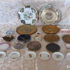 Antigüedades: GRAN LOTE DE PLATOS DECORATIVOS, VARIAS MARCAS, MATERIALES Y AÑOS. Lote 154988622