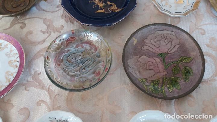 Antiquitäten: Gran Lote de Platos decorativos, varias marcas, materiales y años - Foto 10 - 154988622
