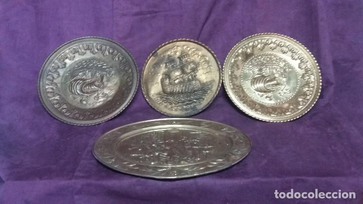 LOTE DE 4 ANTIGUOS PLATOS DE LATÓN, 3 ESCENAS CON BARCOS Y 1 ESCENA POPULAR (Antiquitäten - Wohnen und Dekoration - Antike Teller)