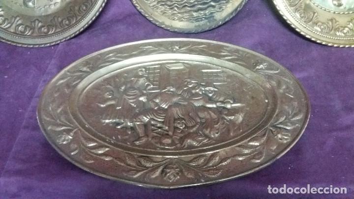 Antiquitäten: Lote de 4 antiguos platos de latón, 3 escenas con barcos y 1 escena popular - Foto 3 - 154996190
