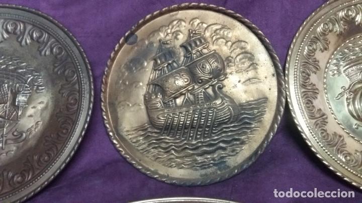 Antiquitäten: Lote de 4 antiguos platos de latón, 3 escenas con barcos y 1 escena popular - Foto 5 - 154996190