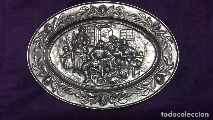 Antiquitäten: Lote de 4 antiguos platos de latón, 3 escenas con barcos y 1 escena popular - Foto 7 - 154996190