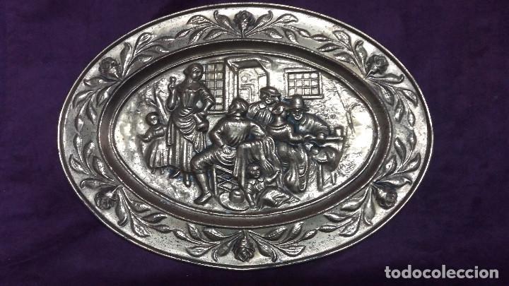 Antiquitäten: Lote de 4 antiguos platos de latón, 3 escenas con barcos y 1 escena popular - Foto 15 - 154996190