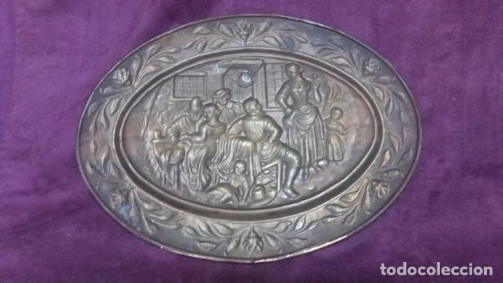 Antiquitäten: Lote de 4 antiguos platos de latón, 3 escenas con barcos y 1 escena popular - Foto 16 - 154996190