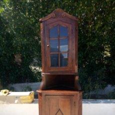 Antigüedades: PRECIOSA VITRINA RINCONERA CON MUEBLE POR DEBAJO.TALLADA.. Lote 155000458