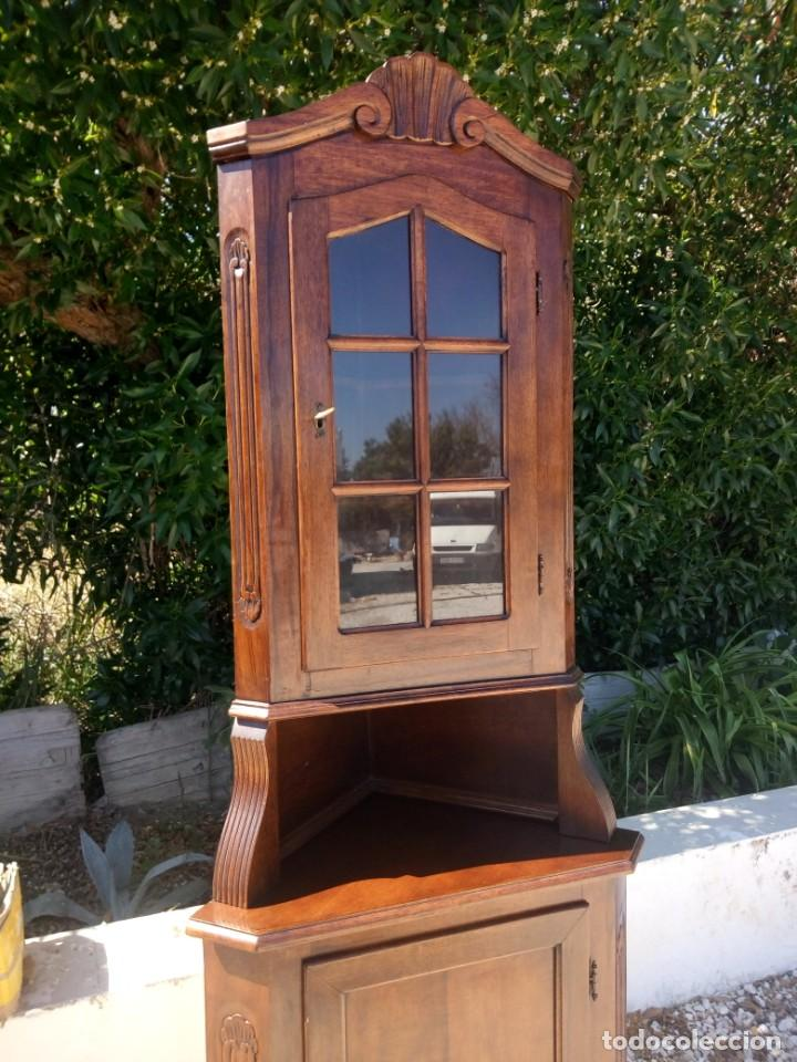 Antigüedades: Preciosa vitrina rinconera con mueble por debajo.tallada. - Foto 2 - 155000458