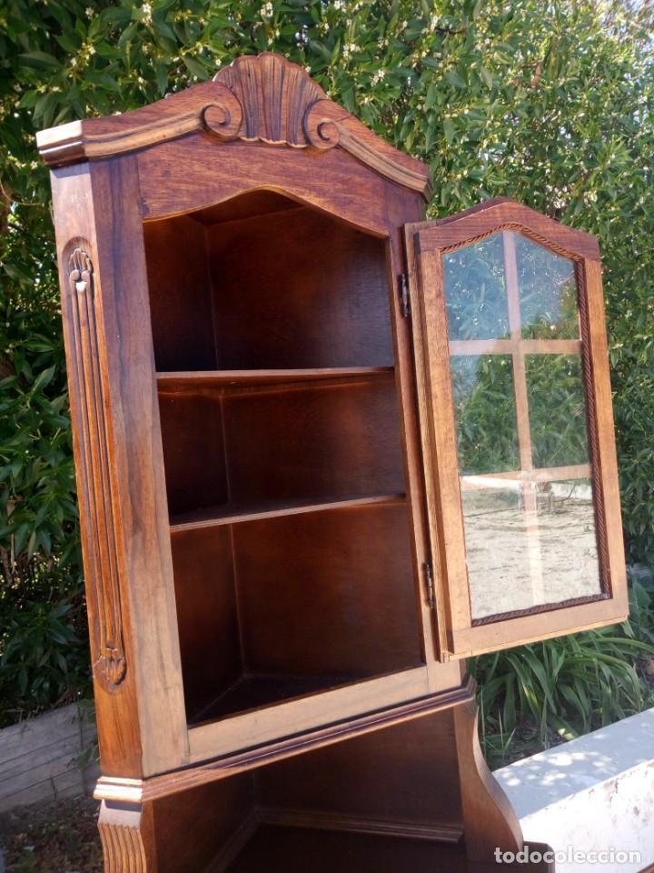 Antigüedades: Preciosa vitrina rinconera con mueble por debajo.tallada. - Foto 4 - 155000458