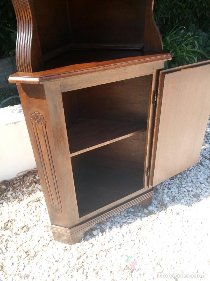 Antigüedades: Preciosa vitrina rinconera con mueble por debajo.tallada. - Foto 5 - 155000458