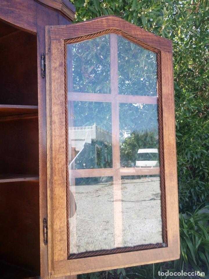 Antigüedades: Preciosa vitrina rinconera con mueble por debajo.tallada. - Foto 6 - 155000458