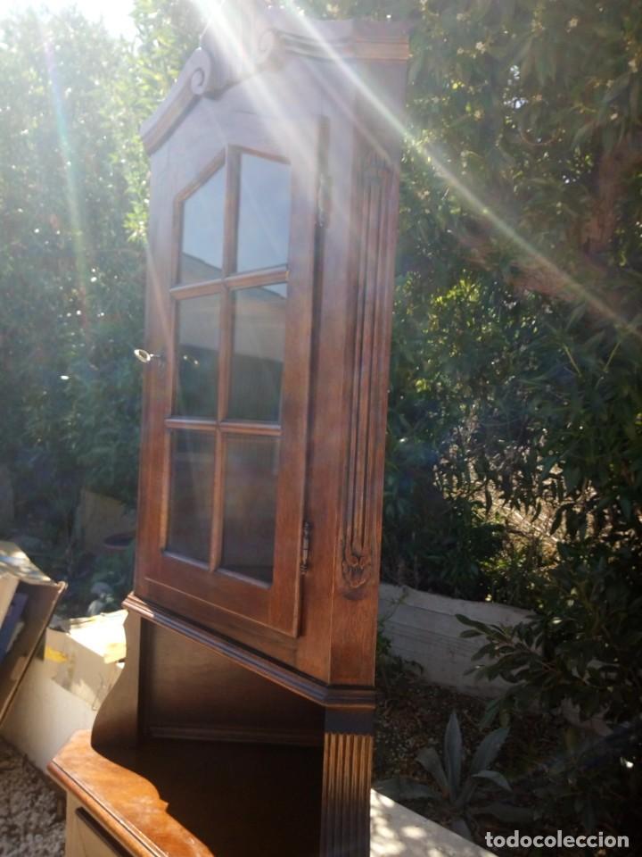 Antigüedades: Preciosa vitrina rinconera con mueble por debajo.tallada. - Foto 8 - 155000458
