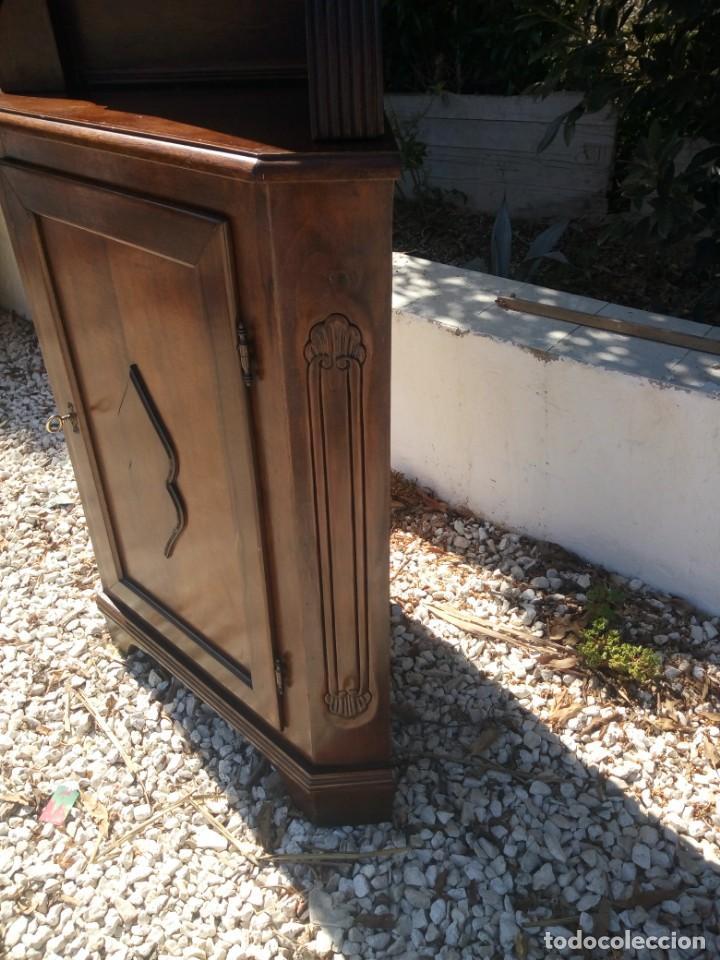 Antigüedades: Preciosa vitrina rinconera con mueble por debajo.tallada. - Foto 9 - 155000458