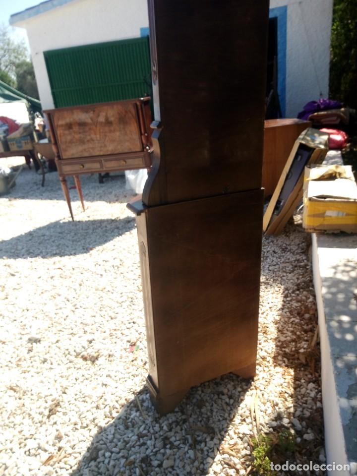 Antigüedades: Preciosa vitrina rinconera con mueble por debajo.tallada. - Foto 10 - 155000458