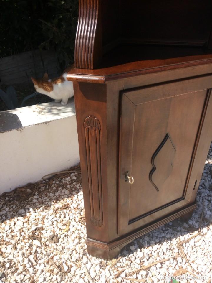 Antigüedades: Preciosa vitrina rinconera con mueble por debajo.tallada. - Foto 12 - 155000458