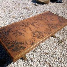 Antigüedades: PRECIOSA MESA DE SALON DE MADERA CON UNA PLACA DE COBRE REPUJADO MOTIVO NAVAL CARABELAS Y MAPAS.. Lote 155004850