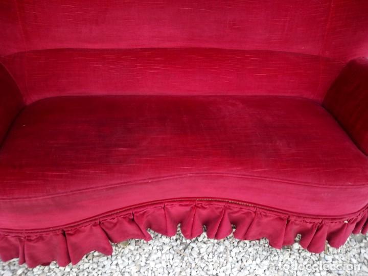 Antigüedades: Antiguo sofa isabelino tapizado rojo madera noble,patas torneadas. - Foto 4 - 155005966