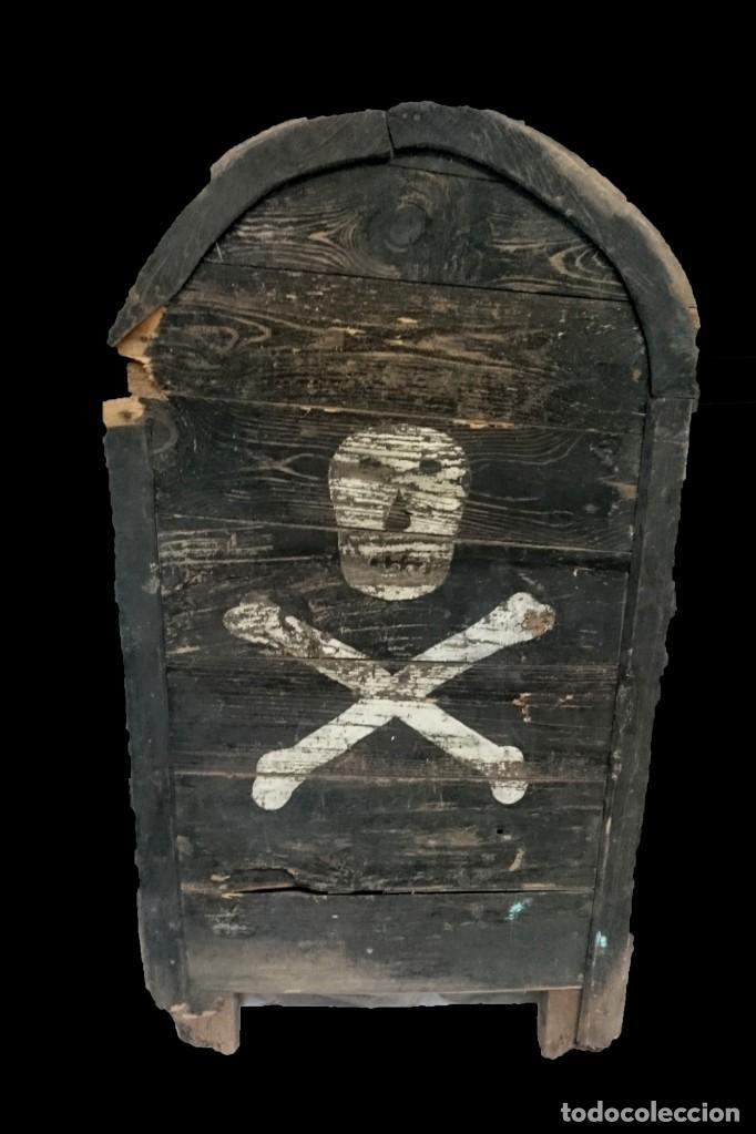 ANTIGUA LÁPIDA DE MADERA CON CALAVERA DEL SIGLO XVII. PIEZA RARA. 105X55X8 (Antigüedades - Religiosas - Varios)