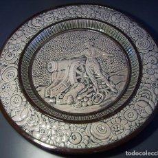 Antigüedades: GRAN Y ROTUNDO PLATO CERÁMICA CON RELIEVE (AGUSTINA DE ARAGÓN) . Lote 155127458