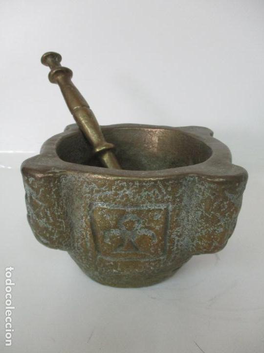 ANTIGUA MORTERO - ALMIREZ DE BRONCE, CINCELADO - CON MANO - PESO TOTAL 12 KG - S. XIX (Antigüedades - Técnicas - Rústicas - Utensilios del Hogar)