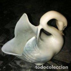 Antigüedades: FIGURA CISNE DE CERÁMICA DE MANISES. Lote 155147726