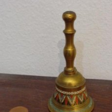 Antiquités: ANTIGUA CAMPANILLA DE SOBREMESA DE BRONCE. PINTADA A MANO PIEZA DE COLECCIÓN BUEN ESTADO. Lote 155158818