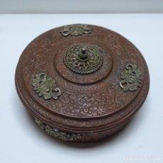 Antigüedades: ANTIGUO CENTRO MESA BOMBONERA DE METAL.. Lote 155173846