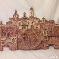 Antigüedades: BELLÍSIMA PLACA DE CERÁMICA EN ALTORELIEVE PARA COLGAR PUEBLO MEDIEVAL TALLER BARCELONA 1994. Lote 155181546