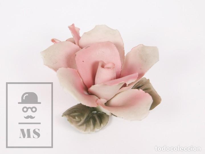 ANTIGUA FIGURA CAPODIMONTE DE PORCELANA BISCUIT - ROSA - MARCADA EN BASE - MEDIDAS 9 X 7 X 4 CM (Antigüedades - Porcelanas y Cerámicas - Otras)
