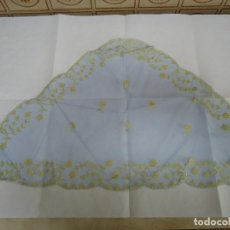 Antigüedades: MANTILLA TRIANGULAR COLOR AZUL CON FLORES EN COLOR ORO. MARCA TRAID DE CIUDADELA. ANTIGUA --- 4. Lote 155217858