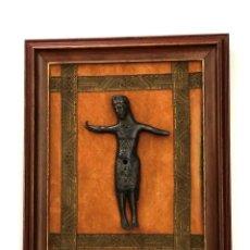Antigüedades: CRUCIFIJO DE ESTILO ROMÁNICO EN COBRE PATINADO - PROBABLE REPRODUCCION DE LOS AÑOS 70 . Lote 155277698