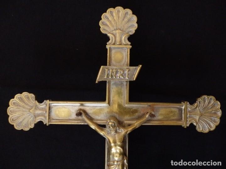Antigüedades: Cruz de altar en bronce dorado. 57 cm. Hacia 1900. - Foto 2 - 155314874