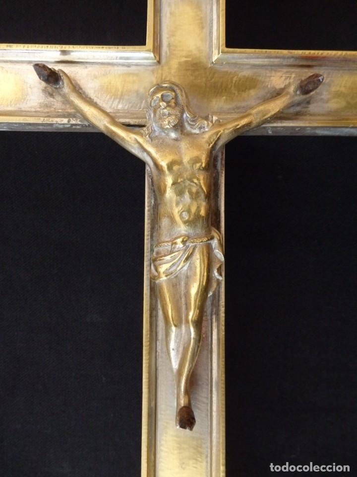 Antigüedades: Cruz de altar en bronce dorado. 57 cm. Hacia 1900. - Foto 3 - 155314874
