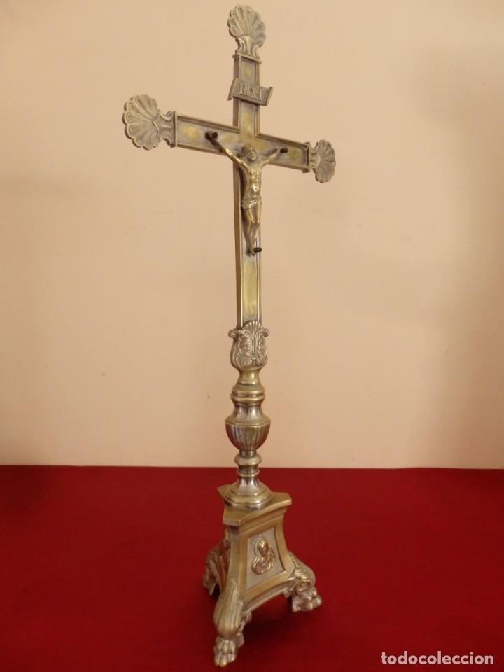Antigüedades: Cruz de altar en bronce dorado. 57 cm. Hacia 1900. - Foto 8 - 155314874
