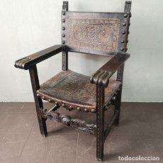 Antigüedades: EXPECTACULAR ANTIGUO SILLÓN FRAILERO EN CUERO GRABADO Y POLICROMADO Y NOGAL TALLADO ESPAÑA S XVIII. Lote 155359146