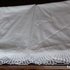 Antigüedades: ANTIGUA SABANA BORDADA A MANO CON PUNTAS DE CROCHET.. Lote 155394790