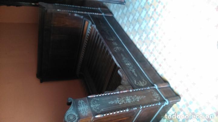 EXCEPCIONAL CAMA DE BARCO A CABALLO DE LOS SIGLOS XVIII Y XIX CON MESILLA DE NOCHE A JUEGO POR TAN (Antigüedades - Muebles Antiguos - Camas Antiguas)