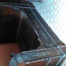 Antigüedades: EXCEPCIONAL CAMA DE BARCO A CABALLO DE LOS SIGLOS XVIII Y XIX CON MESILLA DE NOCHE A JUEGO POR TAN . Lote 155394842