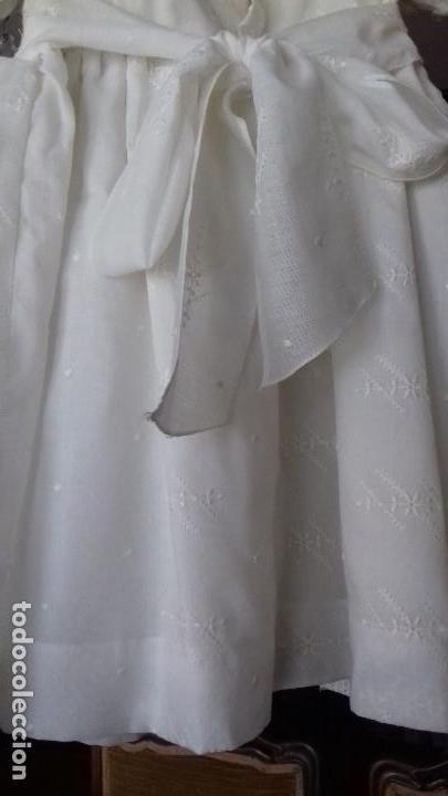 Antigüedades: PRECIOSO VESTIDO DE NIÑA BORDADO A MANO CON CUELLO BORDADO A MAQUINA Y ENCAJE VALENCIÉ. - Foto 6 - 155395254