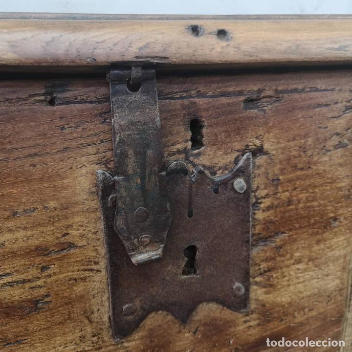 Antigüedades: ANTIGUO GRAN BAUL DE 6 TABLEROS ENTEROS DE OLMO Y HERRAJES DE FORJA NORTE DE ESPAÑA S XVIII - Foto 8 - 155446342